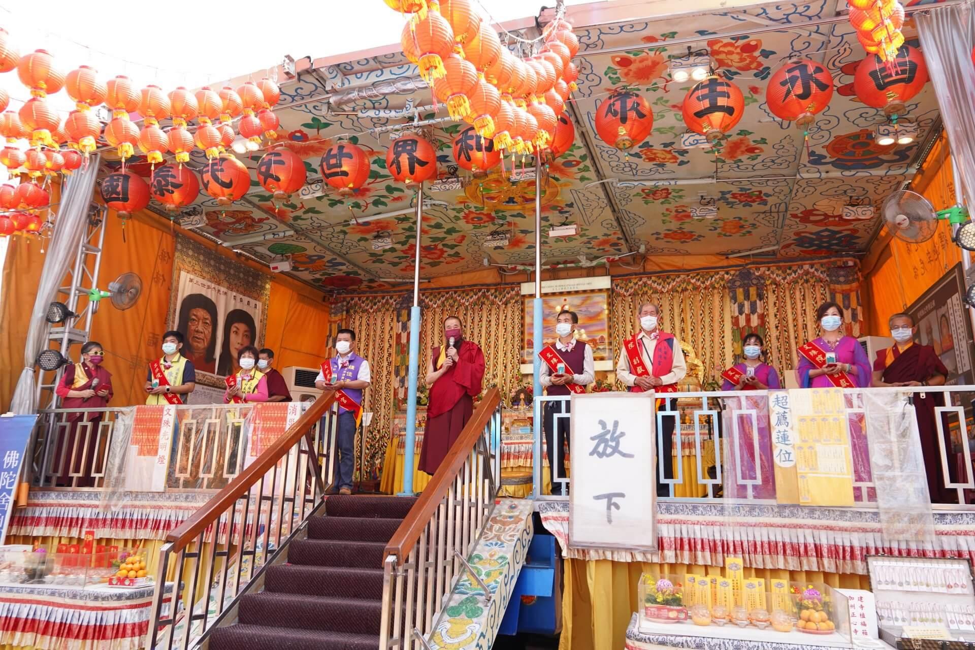 行動佛殿125站屏東里港,本會指導上師恆性嘉措仁波且(中)感謝貴賓蒞臨祈福