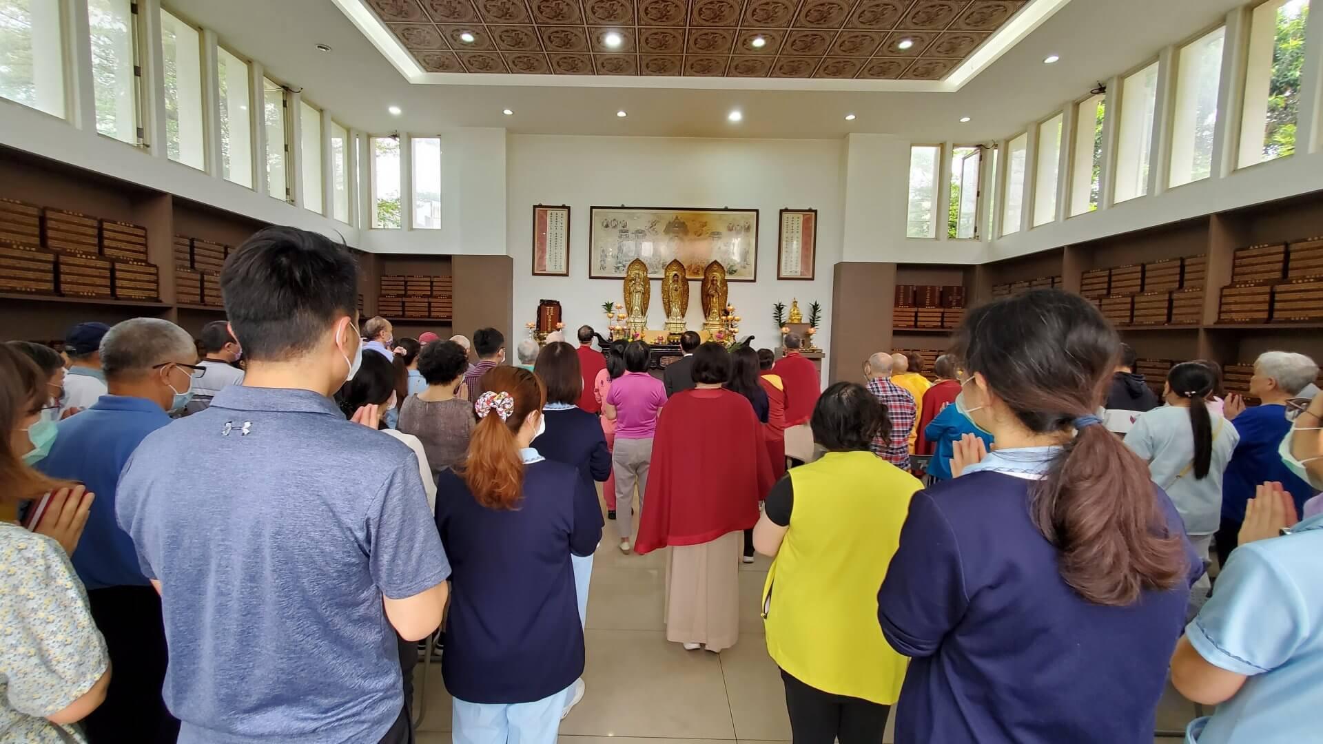 板橋榮家清明超薦法會,師兄姊們帶領大眾恭敬虔誠誦經