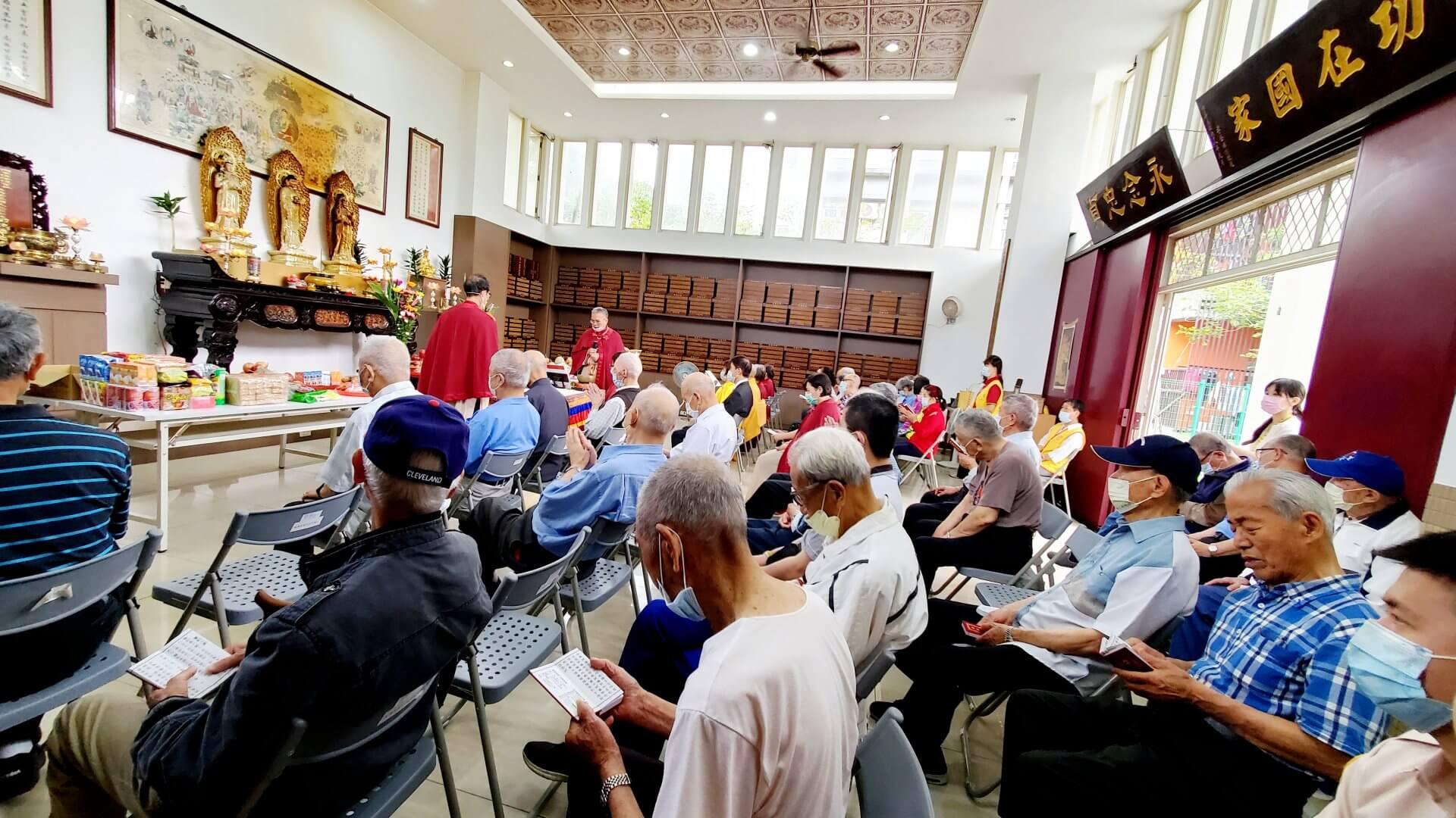 板橋榮家清明超薦法會,長者們恭敬虔誠誦經聲迴盪在榮靈祠四周