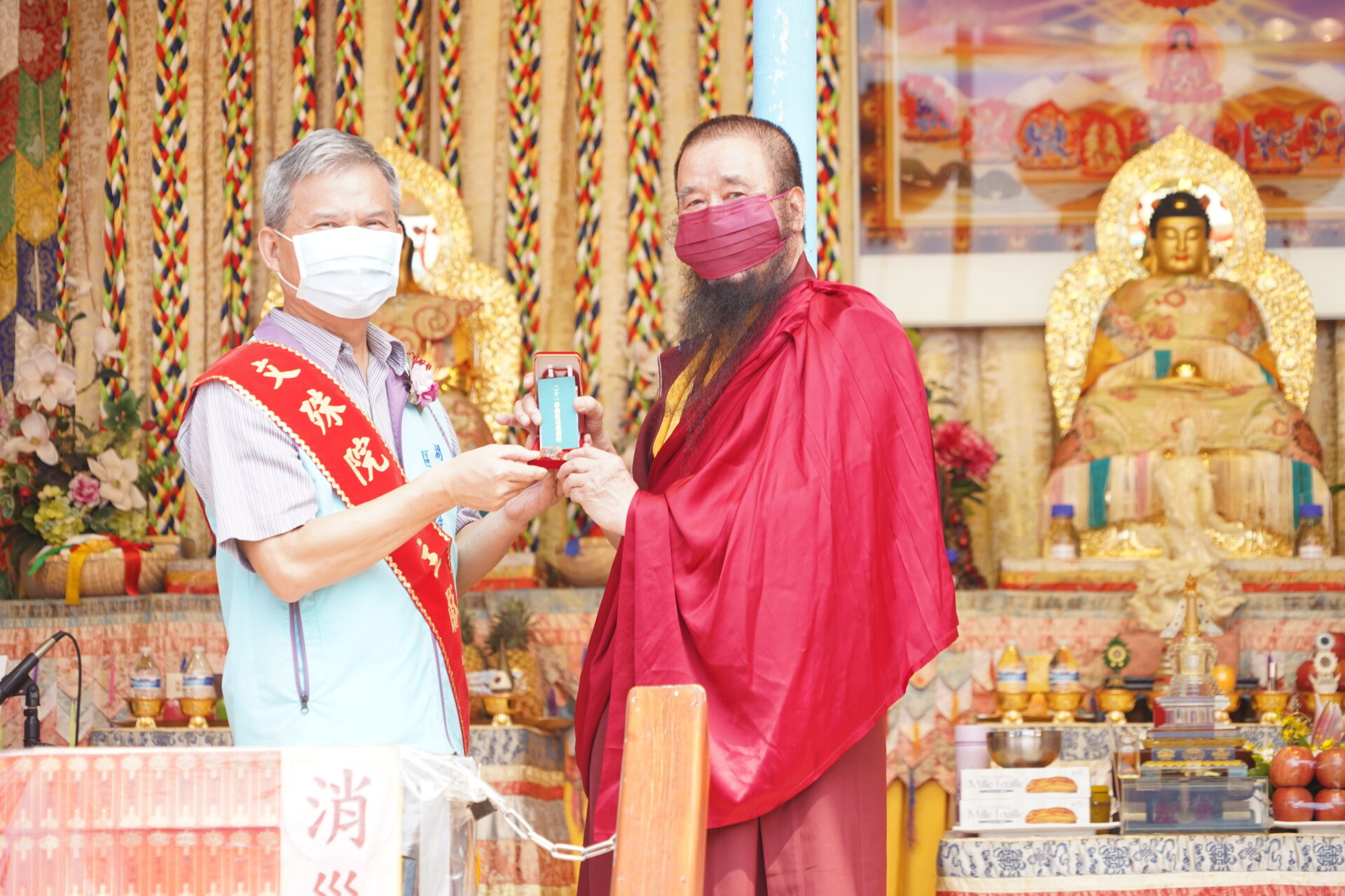 行動佛殿133站高雄湖內,本會指導上師恆性嘉措仁波且(左)致贈貴賓珍貴加持物