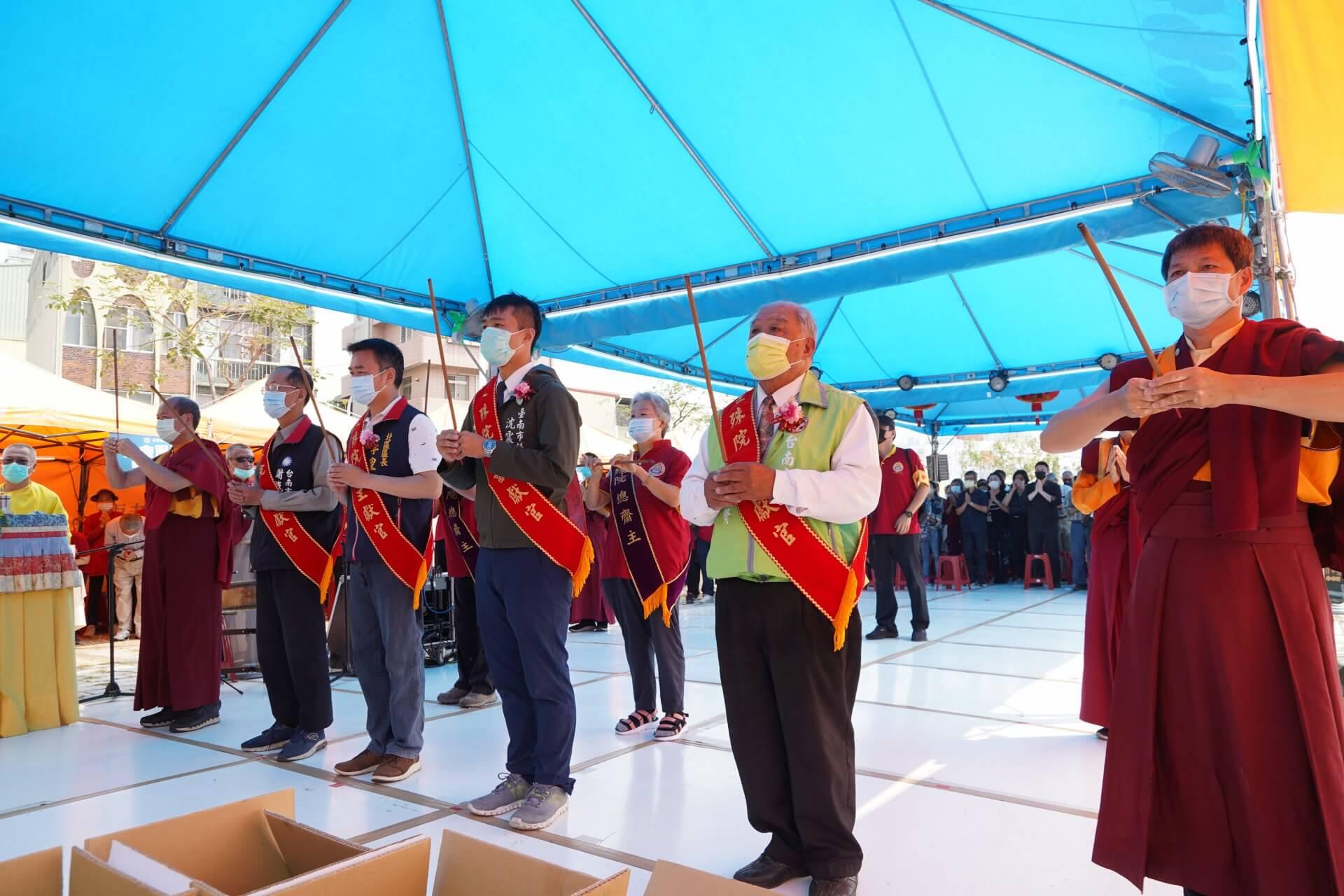 行動佛殿130站台南大興公園,觀音大悲感召加持法會,帶領貴賓上香祈福