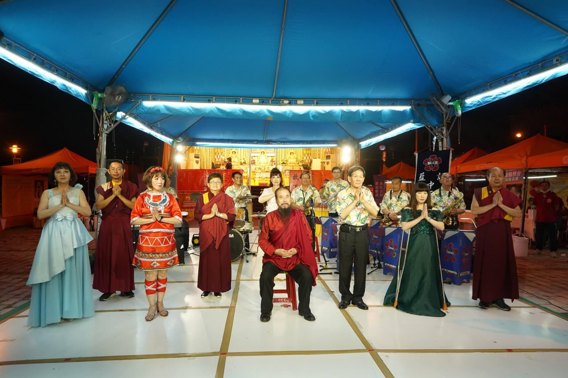 行動佛殿130站台南大興公園,該會指導上師與藍調中西樂團合影