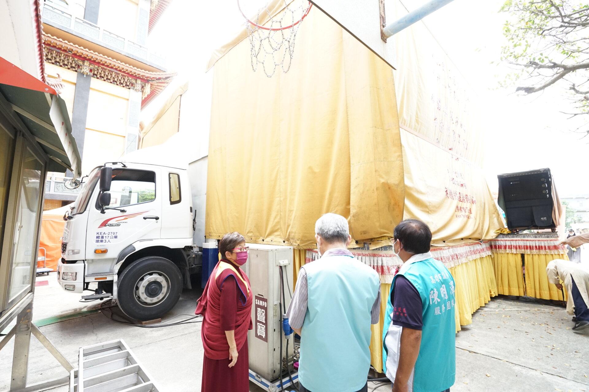 世界佛教正心會行動佛殿133站高雄湖內,向貴賓介紹佛殿車的改造過程