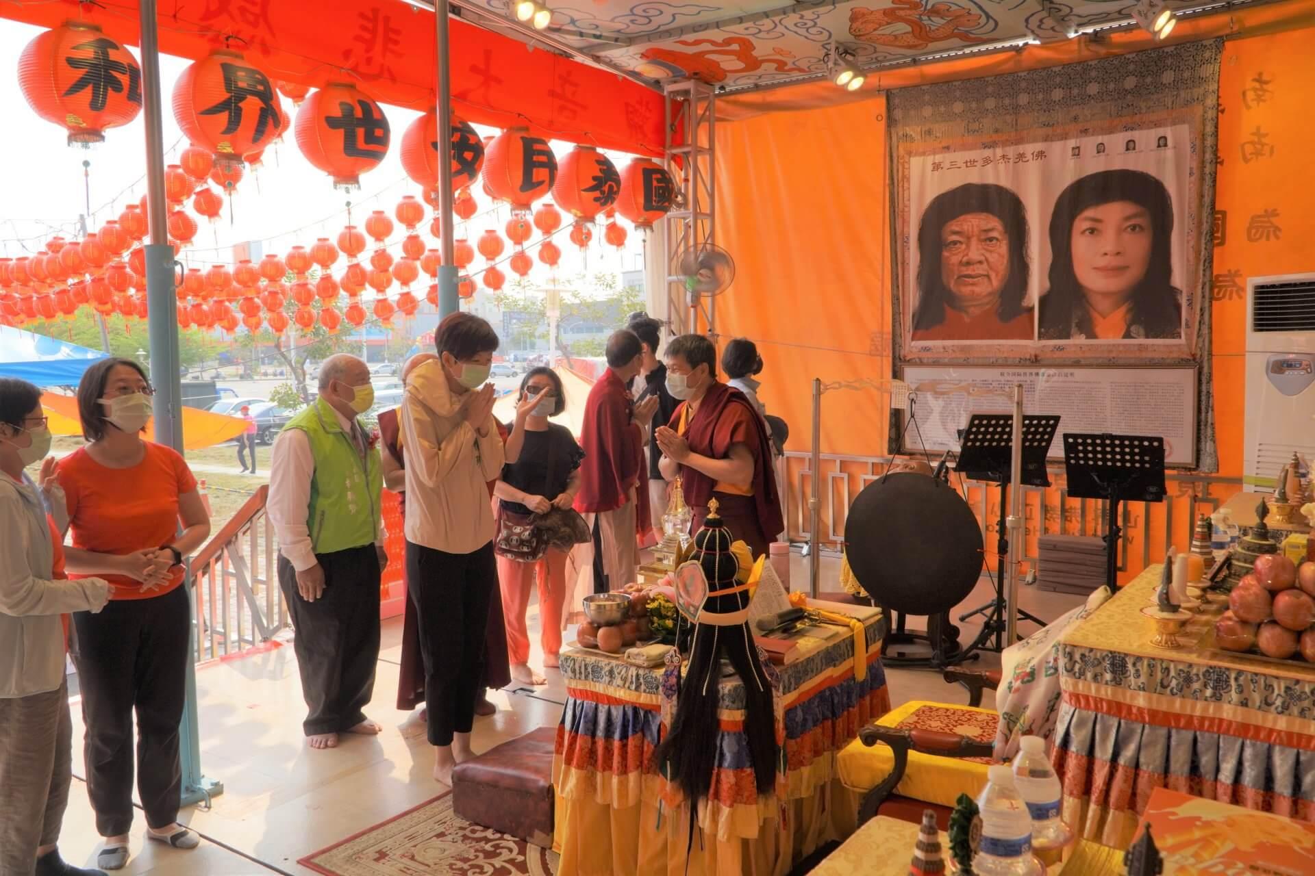 行動佛殿130站台南大興公園,觀音大悲感召加持法會,信眾頂禮
