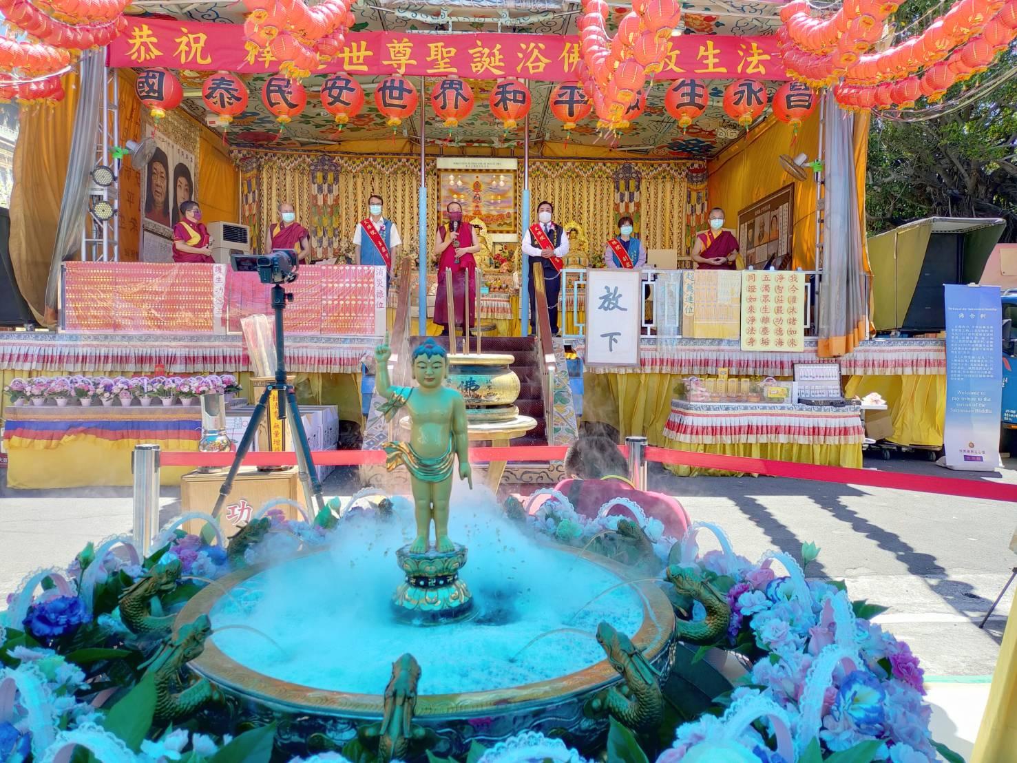 行動佛殿136站高雄仁武,本會指導上師恆性嘉措仁波且(中)感謝貴賓蒞臨祈福