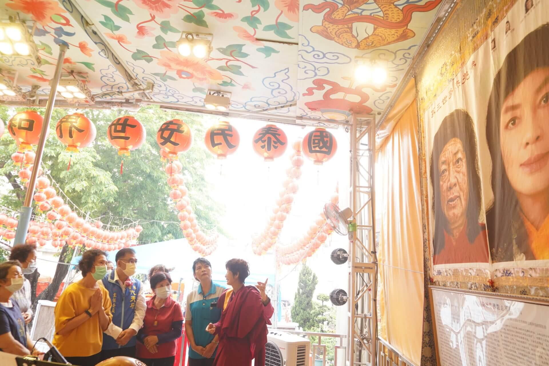 行動佛殿134站高雄梓官,師姊向信眾介紹南無第三世多杰羌佛返老回春聖蹟