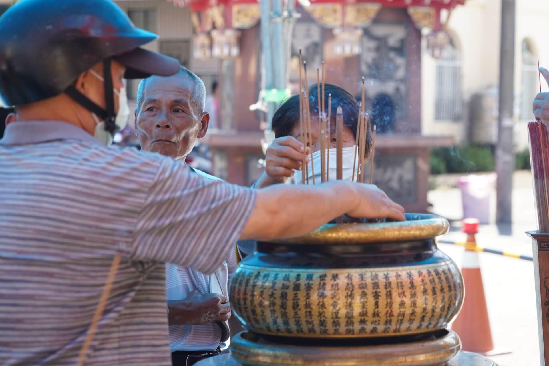 行動佛殿135站高雄大樹,信眾上香祈福祈求諸願圓滿