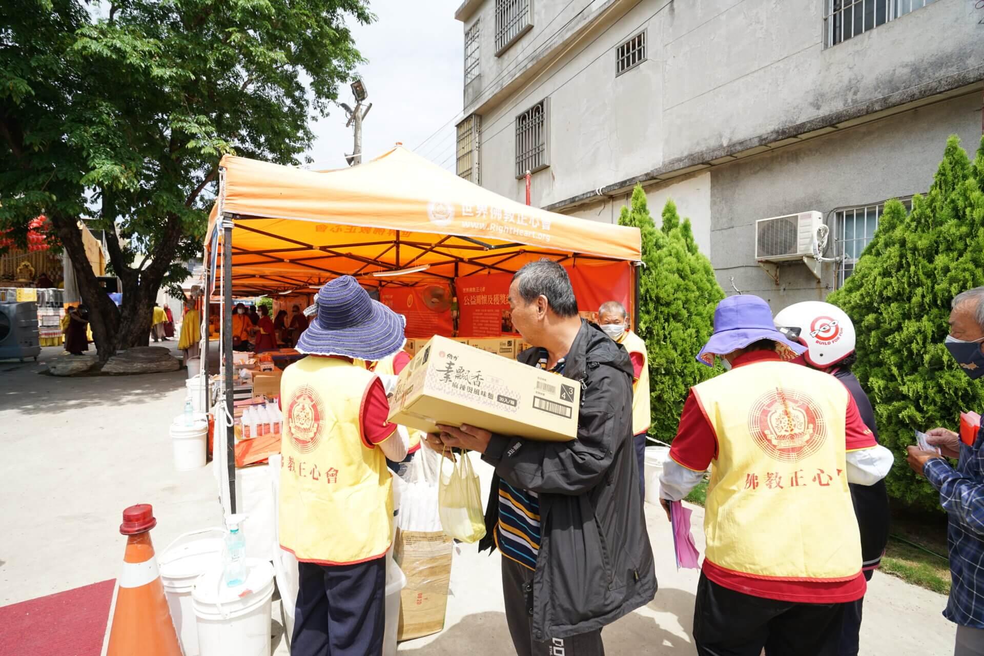 世界佛教正心會行動佛殿134站高雄梓官,本會公益關懷發送愛心物資給弱勢家庭