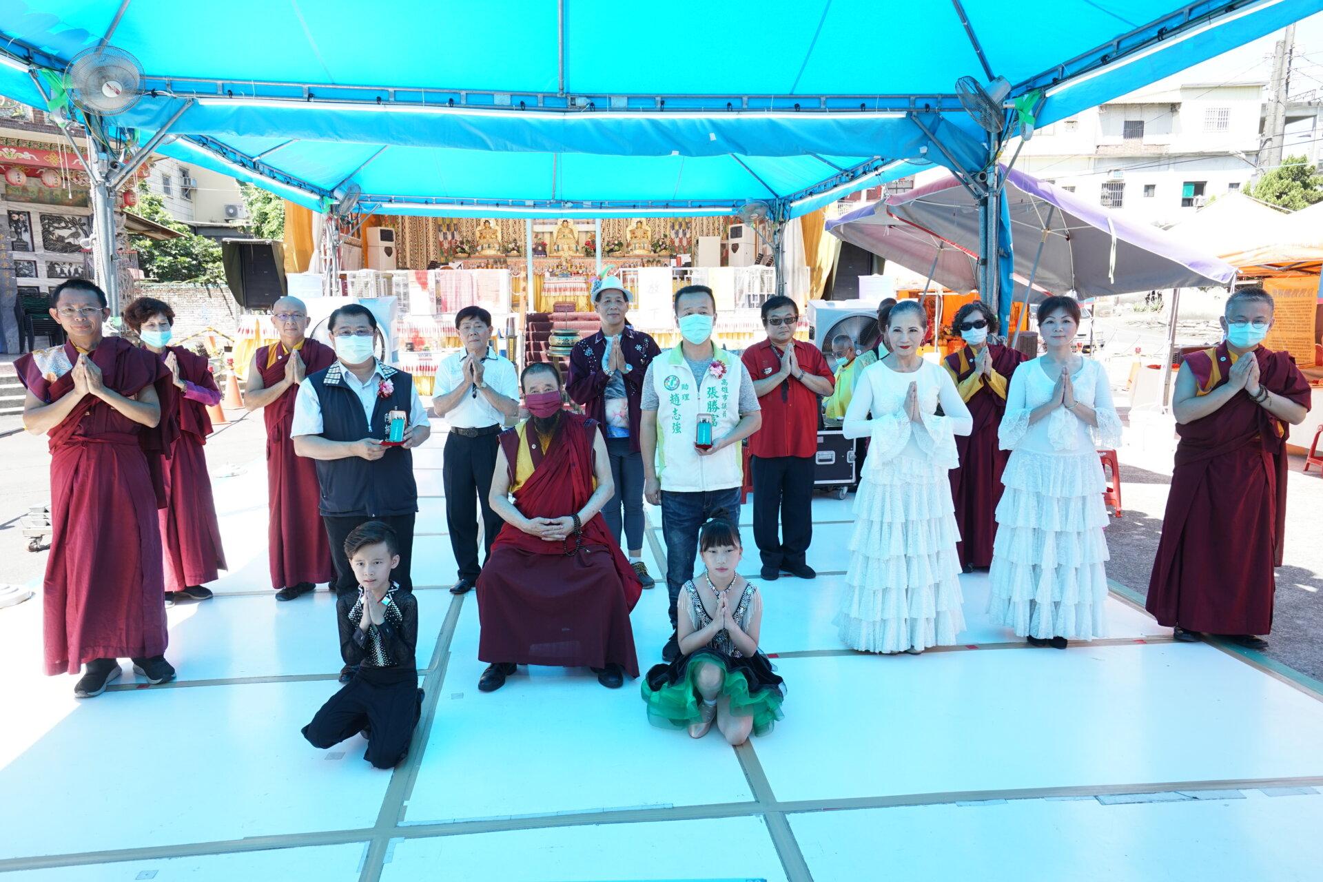 行動佛殿135站高雄大樹,本會指導上師恆性嘉措仁波且(中)與貴賓及表演團體合影
