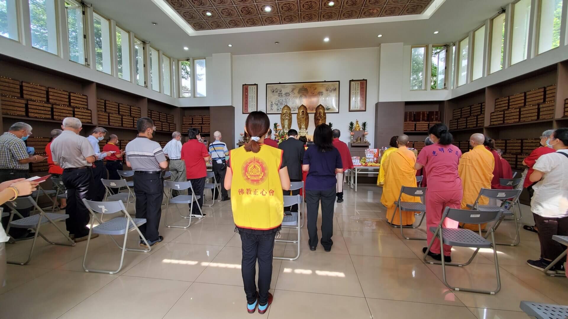 世界佛教正心會師兄弟至板橋榮民之家舉辦中元祈福超薦法會,家主任張長林(中)與榮民共同誦經