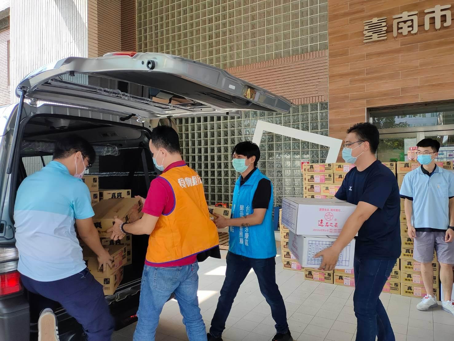 世界佛教正心會致贈200箱泡麵及200桶肉鬆送至社會局