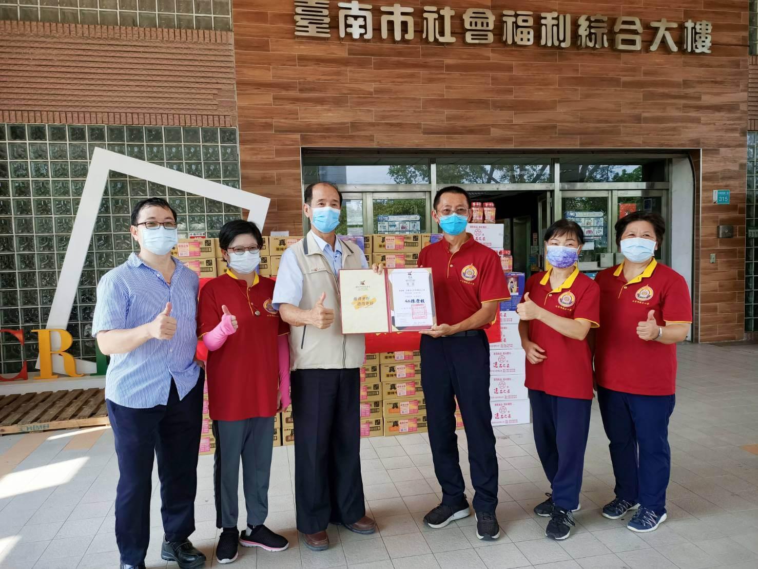 世界佛教正心會,捐贈200箱泡麵及200罐肉鬆予台南市社會局的實物愛心銀行,由社會局長陳榮枝代表接受並回贈感謝狀